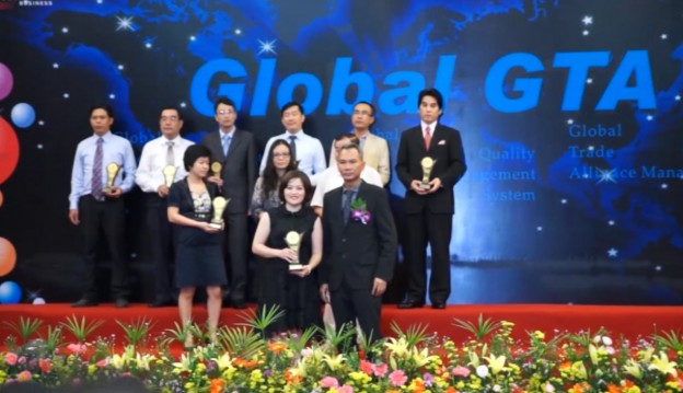 "Ms Van Dang - CEO of Savvycom received award ""Top brands 2014"""