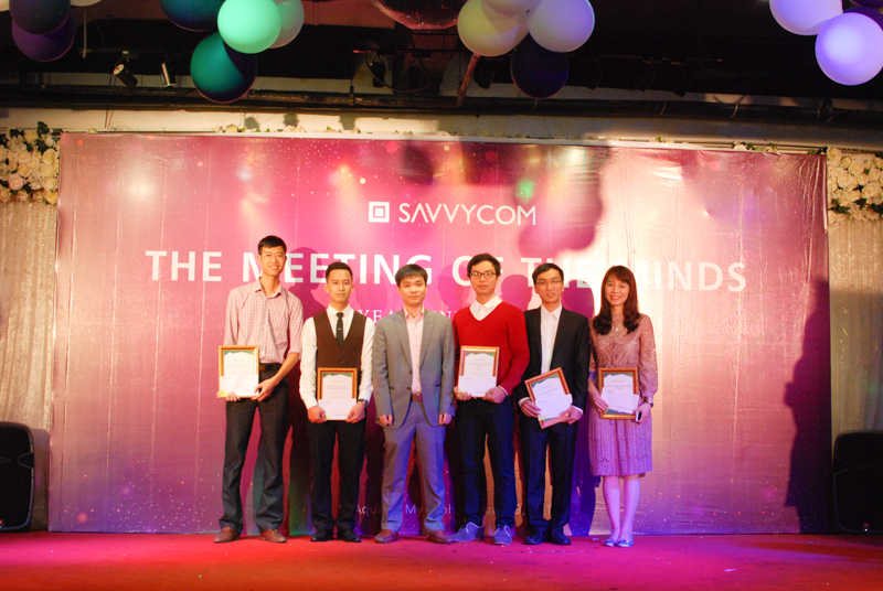 The five most excellent employees took a picture with our chairman, Mr. Vinh Le