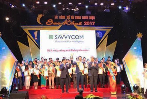Mr. Tue Nguyen- Savvycom CTO received awards from Deputy Prime Minister of Vietnam- Mr Vu Duc Dam and Mr. Truong Gia Binh
