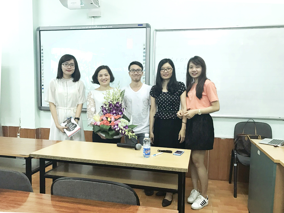 ms-van-dang-with-student-in-economic-national-university